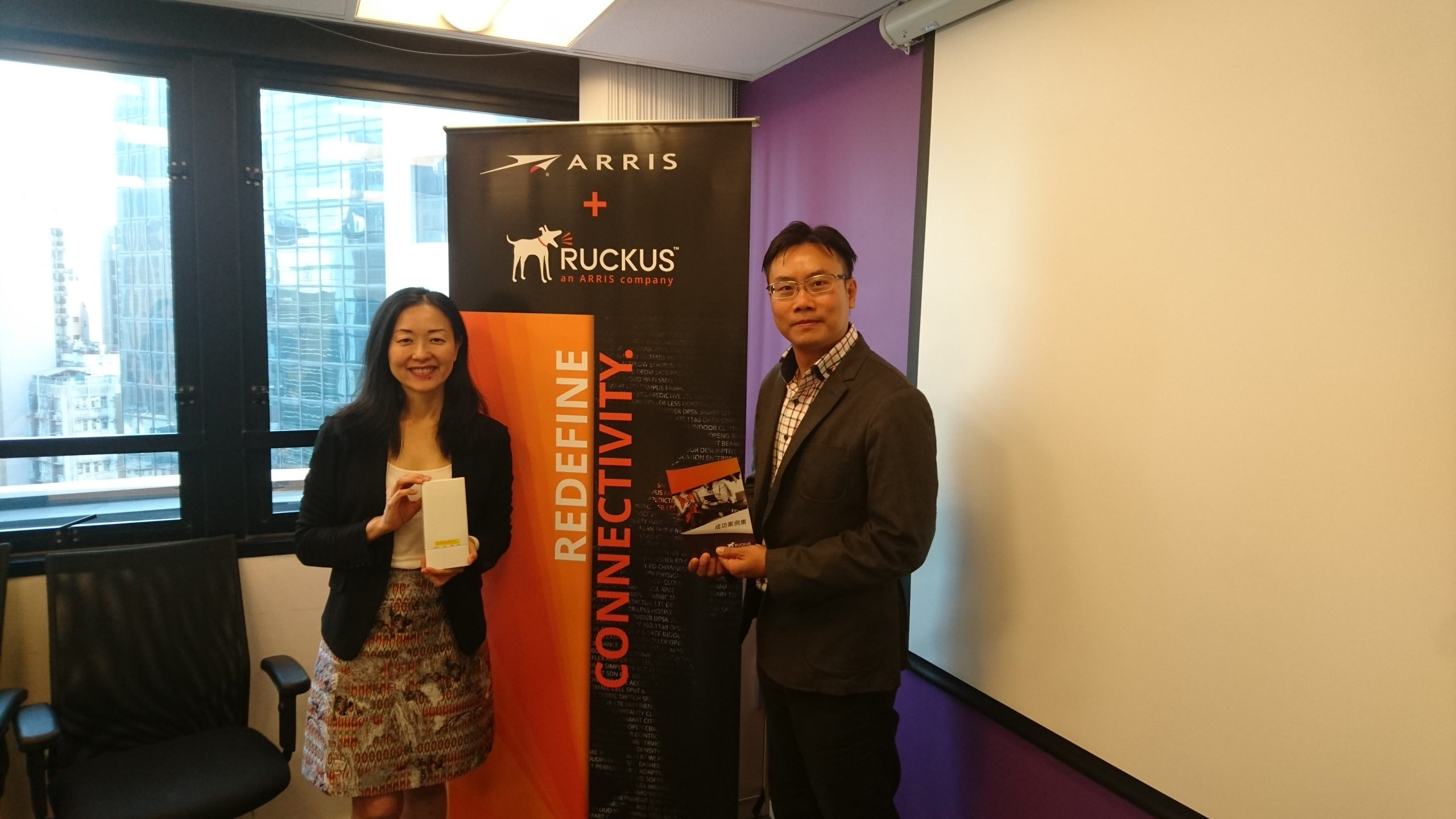 Ruckus Networks 台灣與香港總經理許慧嫻(左)及Ruckus Networks 台灣與香港技術經理李棟楠(右)